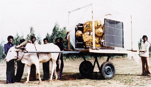 ISRO scientists carry India's first communication APPLE satellite on bullock cart 1981 (PC: @indiahistoypics)