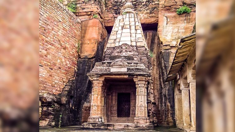 Chaturbhuj temple - Temple dedicated to Vishnu, on the path up to Gwalior fort